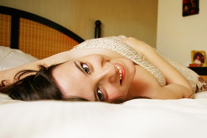 ragazza su letto